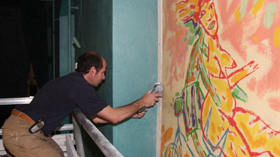 1. Maleri skæres fra vinduesniche